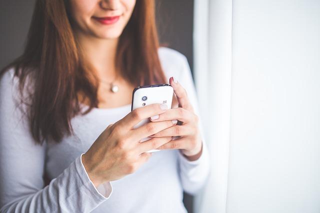 携帯をみる女性-4