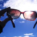 【『完全防備』だったのに、顔がヒリヒリ・・。《『紫外線』は目からも入る。》完璧な日焼け止め対策には『サングラス』。】