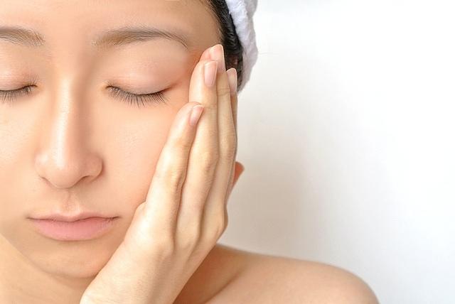 pixta_女性のすっぴん洗顔クレンジング